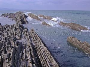 El mar metido en los acantilados