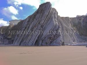 Acantilados de roca laminada en la Playa de Itzurun