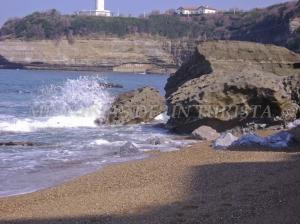 Rocas rompiendo las olas en Biarritz
