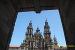 Catedral de Santiago a través de los arcos