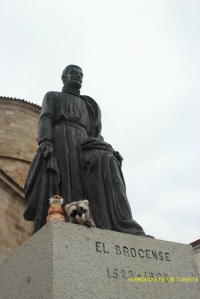 Mery y Pepe con El Brocense situado al lado de la iglesia
