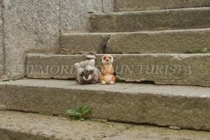 Mery y Pepe en las escaleras de la iglesia