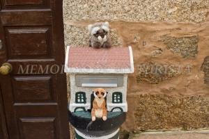 Mery y Pepe subidos a un buzón