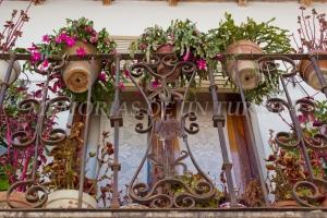 Balcón adornado en la Calle Sevilla
