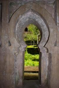 Mirando por el arco del claustro