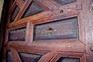 Puerta de una sala del claustro