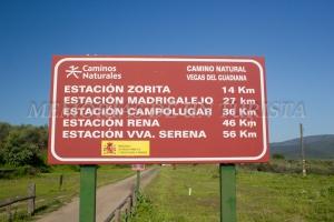 Cartel a la salida de las Estaciones de Logrosán: 14 kilómetros para Zorita