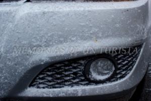 Faros del coche nevados