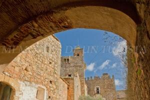Hacia las dependencias del castillo