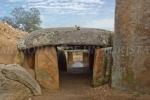 Mery y Pepe subidos al dólmen de Lácara