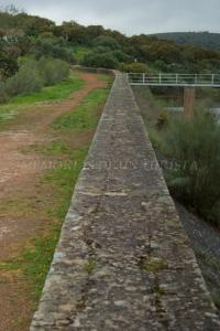 Andando por el muro de la presa
