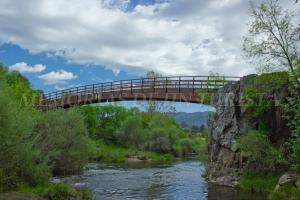 Puente nuevo que cruza el río Guadarranque
