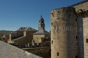 Paseando por la muralla del castillo