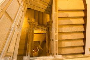 Escaleras de subida al museo de tapices
