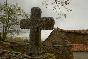 Cruz de piedra en la iglesia