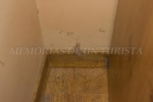 Telas de araña al lado del armario