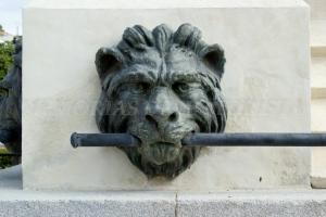 León en la estatua de Hernán Cortés
