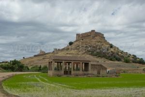 Viejo almacén y cerro del castillo