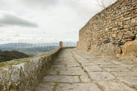 Por los alrededores del Castillo de Montánchez
