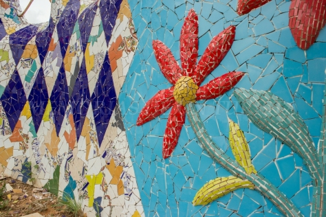 Flores hechas con azulejos