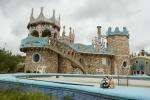Mery y Pepe posando ante la Casa del Gaudí Extremeño