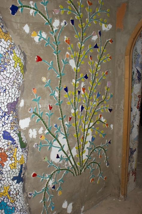 Flores adornando el pasillo