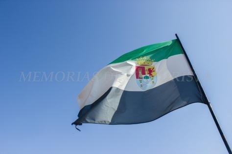 Bandera de Extremadura en la torre del castillo